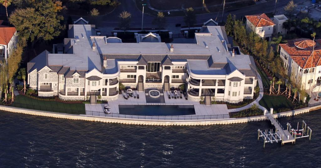 The beautiful waterfront home that belongs to Derek Jeter, now rented to Tom Brady and Family.